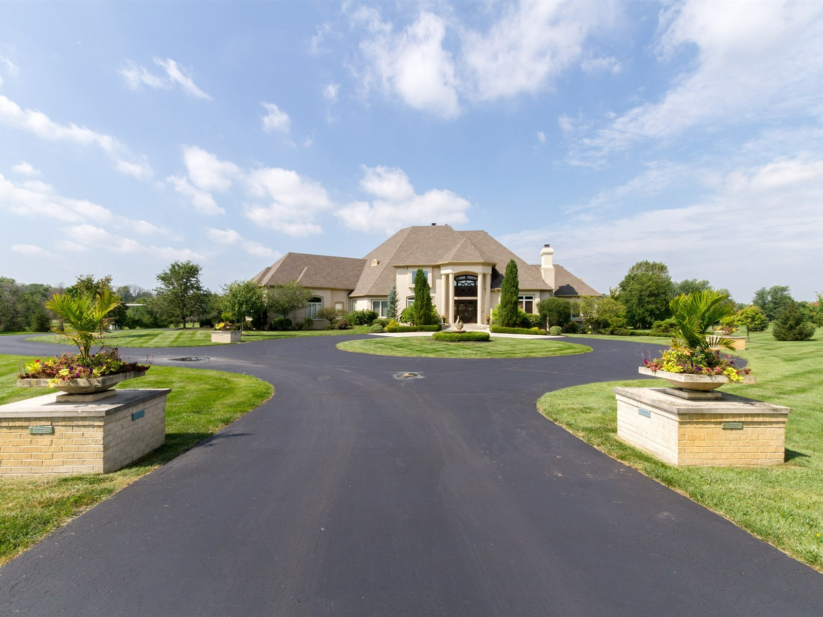 11085 Queens Way Cir., Carmel, Indiana 46032